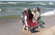 """Šviesos ženklais ir legendomis apipintas į Neringą grįžta folkloro festivalis """"Tek saulužė ant maračių"""""""