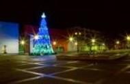 Gražioji Plungės miesto Kalėdų eglė žmones džiugins iki vasario pradžios