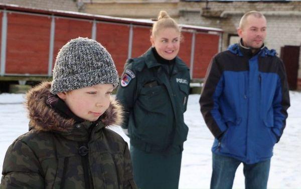 Sunkią ligą įveikęs berniukas susitikęs su pareigūnais ir pats pasijuto lyg policininkas [VIDEO]
