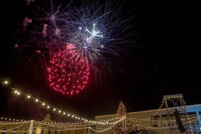 Kalėdų laukimas Klaipėdoje pradėtas nušvitus auksiniam eglučių duetui