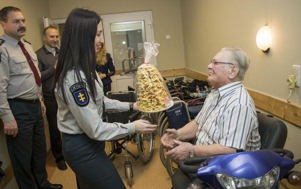 Paaukoję pinigų pareigūnai sutaisė neįgalaus senjoro vežimėlį